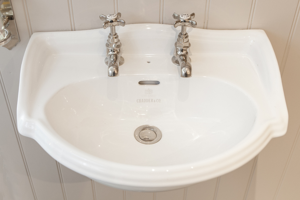 SUSSEX CURVED CLOAKROOM BASIN ON BRACKETS