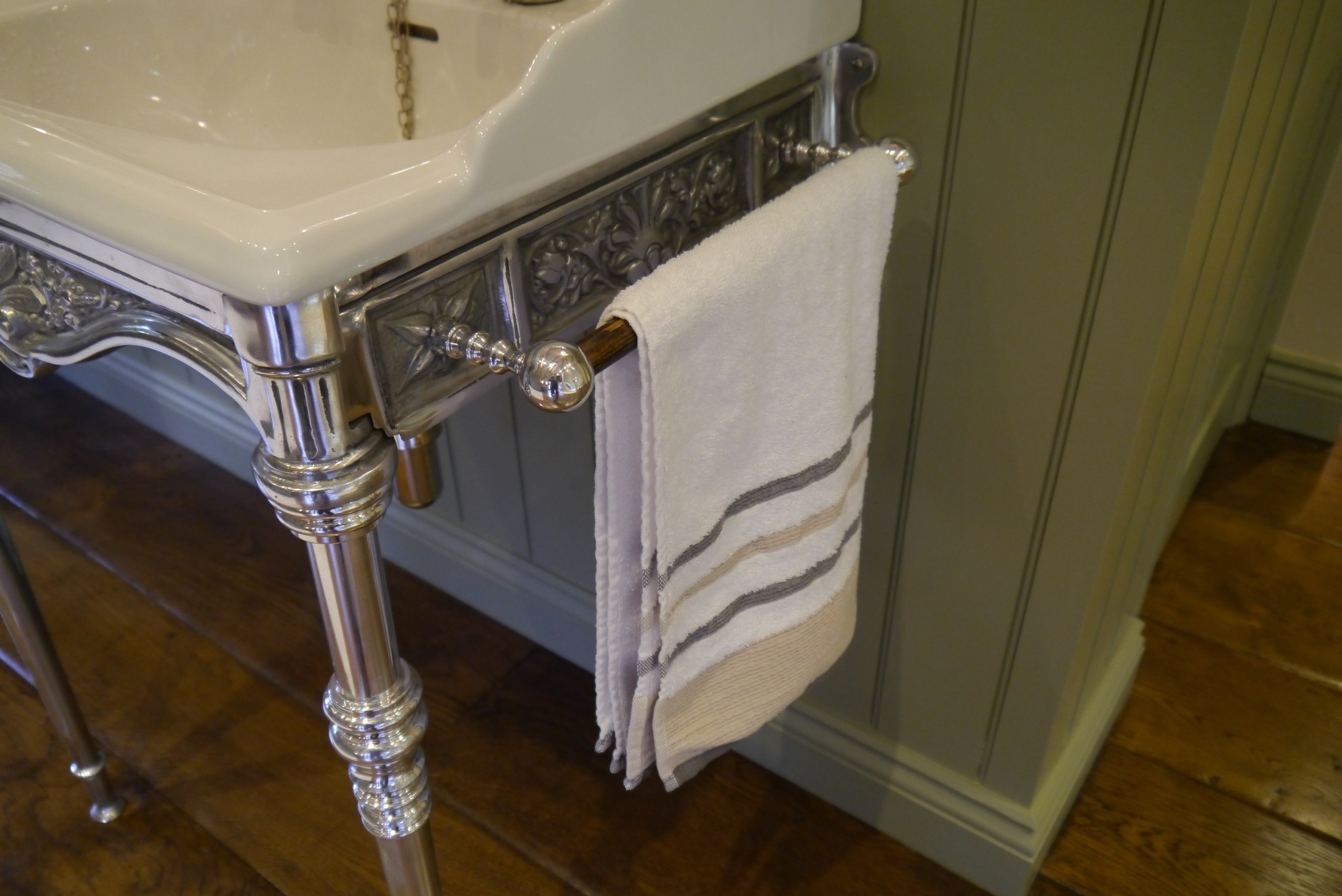 Chadder Classic Basin and Polished Washstand Towell Holder