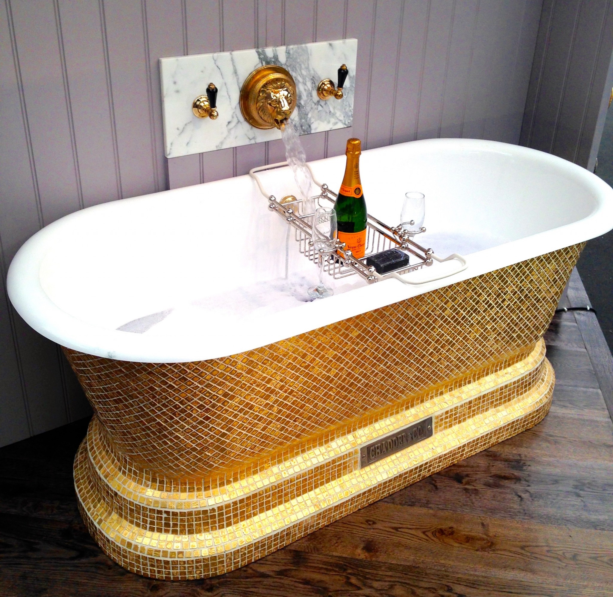 Very gold mosaic bathroom accessories home design plan for Mosaic bathroom accessories